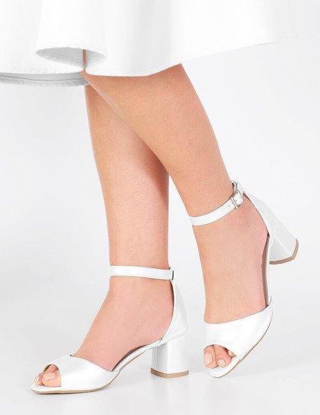 c6584b67ac909 Ślubne sandały z paskiem na niskim słupku Sharon perłowe srebrne ...